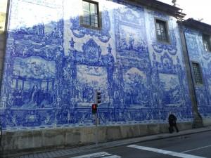 modré azulejos na stěně kostela