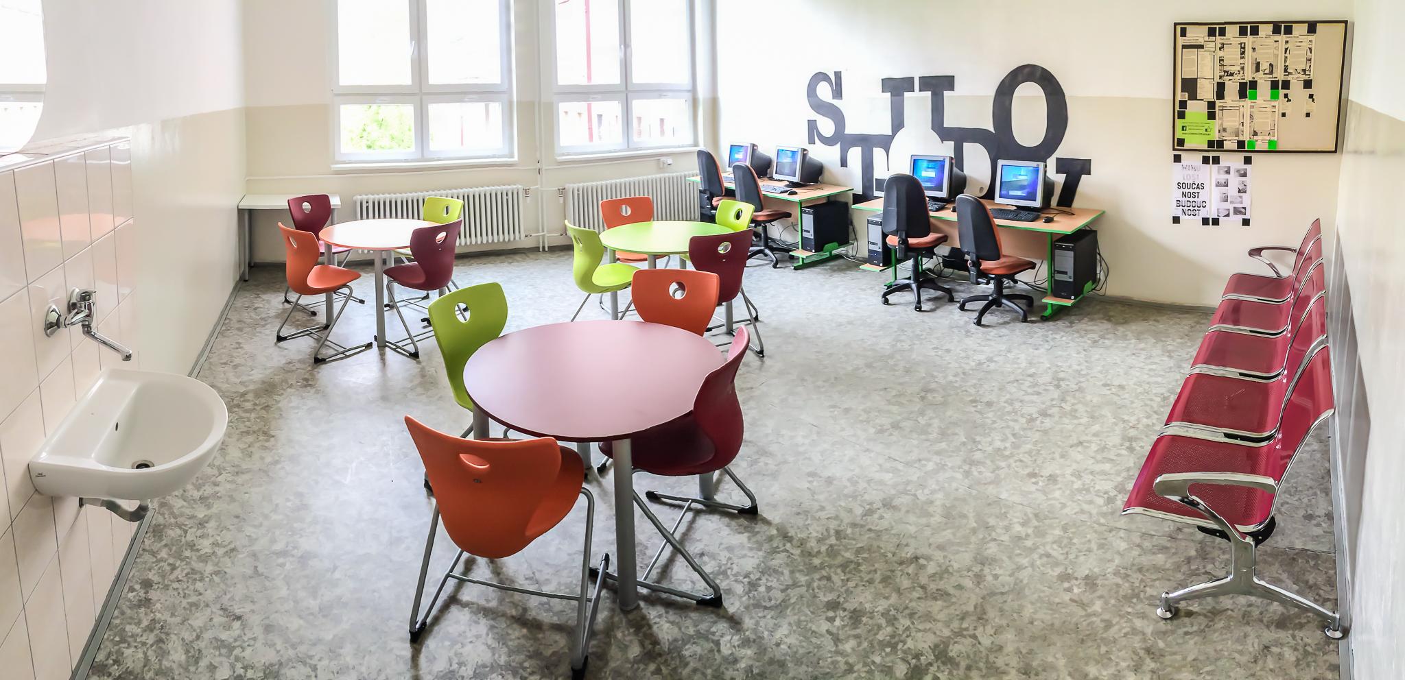 Studovna s počítači a wifi připojením